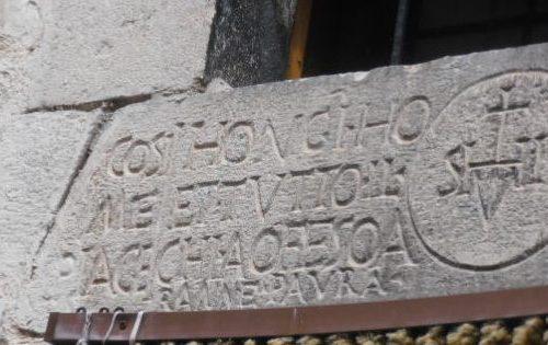 Castelvecchio, la saggezza sulla porta di casa