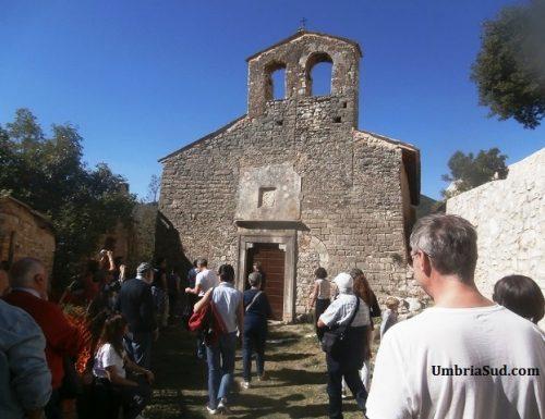 Gabbio, una chiesa romanica e i resti di una rocca